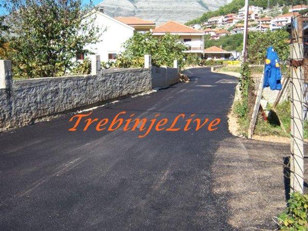asfaltirana ulica u policama