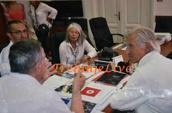 Ljubiša Samardžić, njegova supruga Mira i Sveto Bošnjak u kabinetu gradonačelnika Dobroslava Ćuka