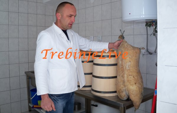 kisin pokazuje svoj sir